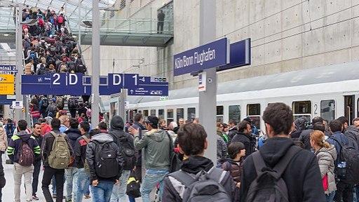 Drehscheibe Köln-Bonn Airport - Ankunft Flüchtlinge 5. Oktober 2015-0273
