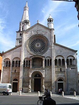 Facciata del Duomo di Modena, romanico, del 1099.