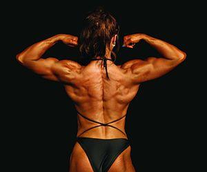 Español: Mujer culturista mostrando la muscula...