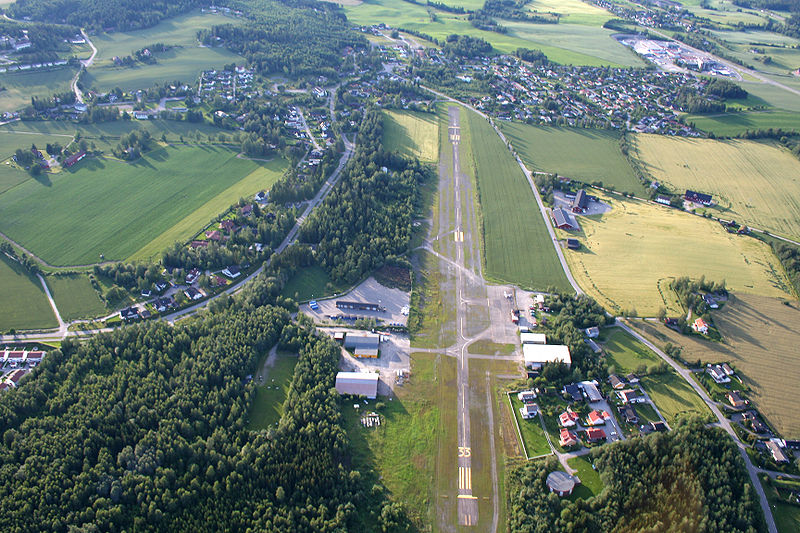 Hamar Flyplass Stafsberg. Kort, smal, ujevn, med helning og hindringer i begge rullebaneender.