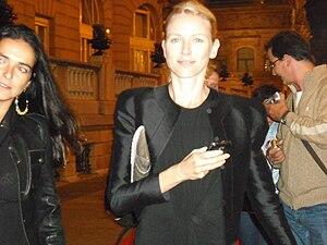 Español: Naomi Watts caminando por la alfombra...