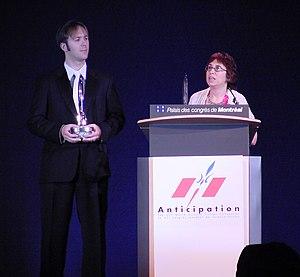 English: Ann VanderMeer accepting 2009 Hugo Award