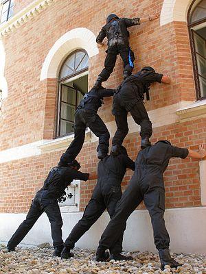 Deutsch: Beamte beim Üben der Menschenpyramide