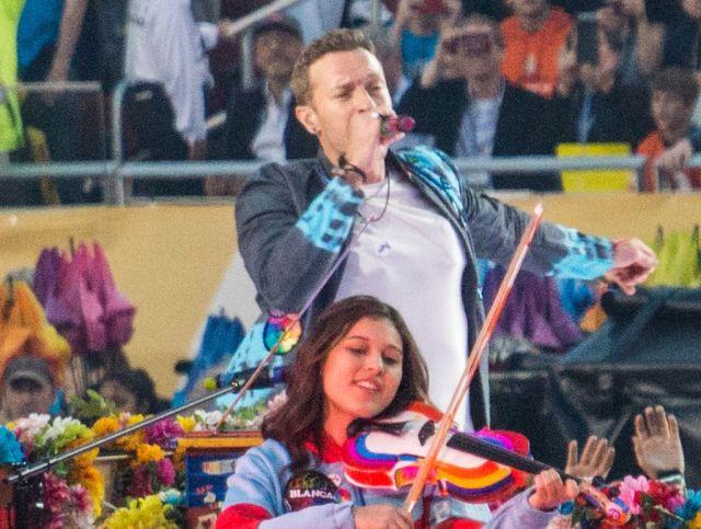 Coldplay Super Bowl 50 halftime show (24648480079) (Chris Martin)