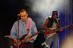 Elio e Cesareo (sullo sfondo) durante il Tour Emozioni fortissime (14 luglio 2007, Cesenatico)
