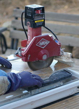 English: A tile saw with a water cooled diamon...