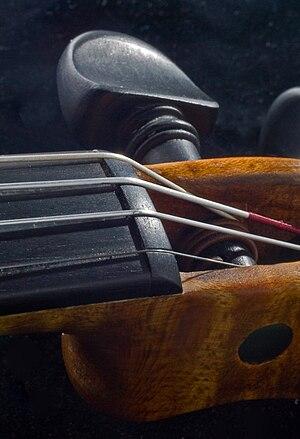 English: Nut of a violin Deutsch: Sattel einer...