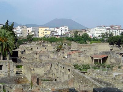 English: Ancient Herculaneum (foreground), mod...