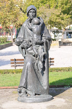 English: Statue of mother, Chaves, Portugal