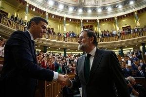Rajoy congratulates Sánchez on his successful no-confidence motion.