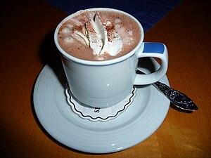 Deutsch: Becher Kakao mit Sahnehäubchen und Ka...
