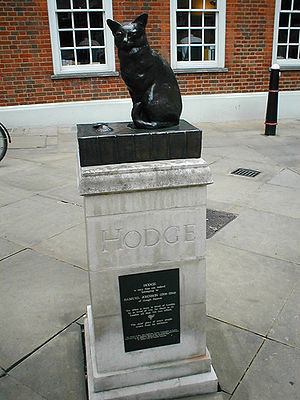 English: Statue of Hodge in the courtyard outs...