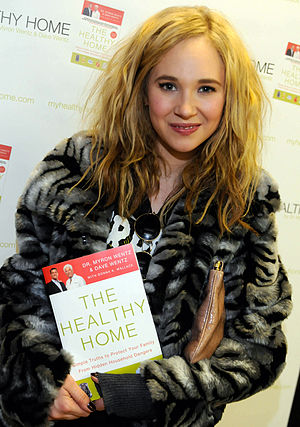Juno Temple at the Usana gifting room at the 2...