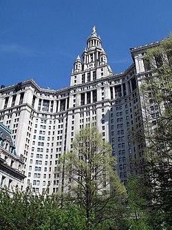 El Edificio Municipal de Manhattan es la sede de muchas agencias de la ciudad, y es uno de los edificios de oficinas gubernamentales más grandes del mundo.