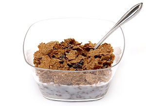 English: A bowl of Raisin Bran cereal shown in...