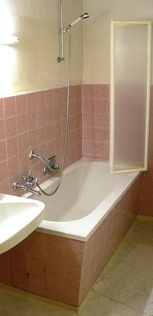 Deutsch: eingebaute Badewanne