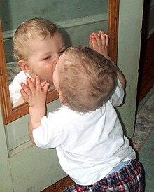 Kleinkind und Spiegel