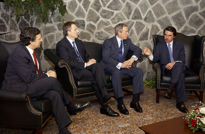 https://i1.wp.com/upload.wikimedia.org/wikipedia/commons/thumb/6/61/Bush%2C_Barroso%2C_Blair%2C_Aznar_at_Azores.jpg/800px-Bush%2C_Barroso%2C_Blair%2C_Aznar_at_Azores.jpg