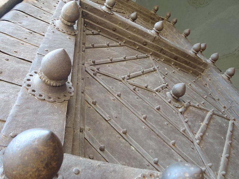 File:Golconda fort, andra pradesh entrance door.JPG