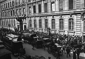 Paris, crise monétaire 1914, foule devant la B...