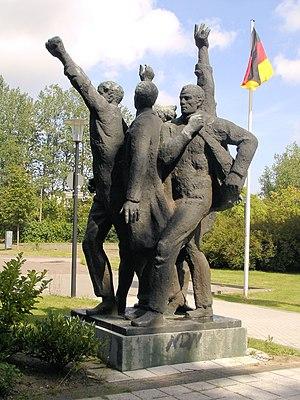 """Skulptur """"Voranschreitende"""" auch """"Die Partei"""" ..."""