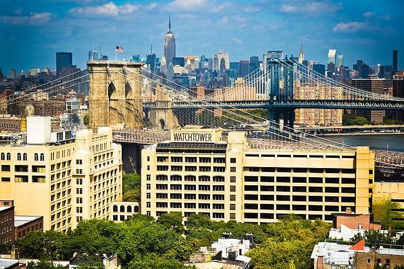 La sede central de la Sociedad de Tratados y Biblias de la Torre del Vigía (Testigos de Jehová) en Brooklyn, Nueva York