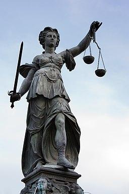 Frankfurt Am Main-Gerechtigkeitsbrunnen-Detail-Justitia von Nordwesten-20110411