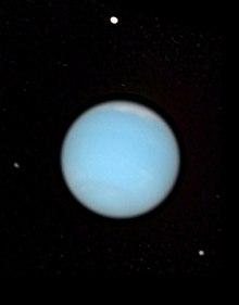 नेपच्युन और उसके चन्द्रमा(प्रोटेउस उपर, लारीसा निचे दाएं, डेस्पीना बायें): हब्बल से लिया चित्र