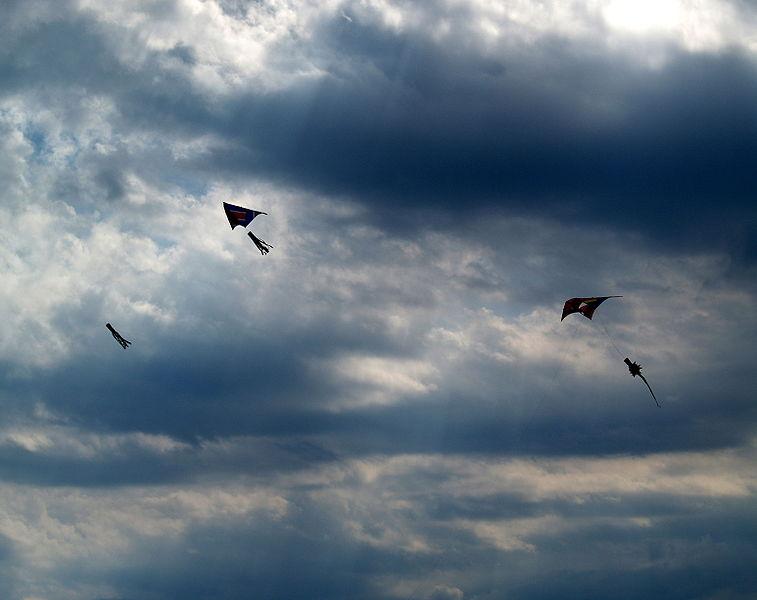 File:Flying kites.jpg