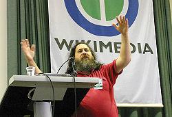 Richard Stallman, fundador del movimiento del Software Libre y creador del Sistema Operativo Libre GNU, ha prestado su ayuda a Wikipedia. La foto corresponde al año 2005.