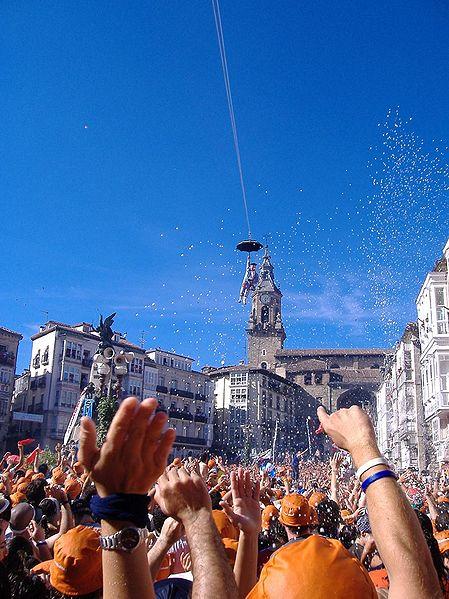 Archivo:Neerdalen van Celedon over het plein La Virgen Blanca.jpg