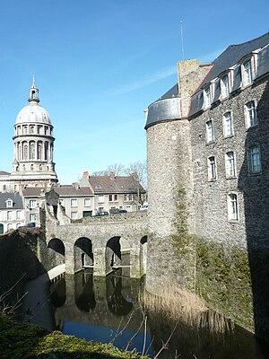 Français : Douves du château-musée et coupole ...