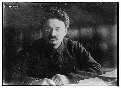 Trotsky de frente en escritorio