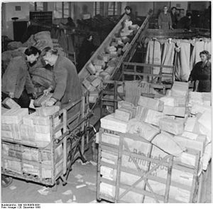 Bundesarchiv Bild 183-60958-0001, Berlin, Post...