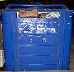 Contenedor de papel y cartón para reciclaje en España