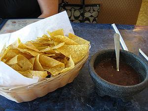 Español: Nachos y salsa.