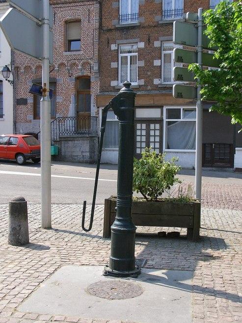 Ancienne pompe à eau à Solrelechateau.JPG
