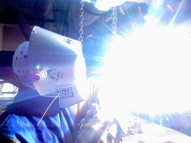 מכשיר ריתוך מייצר כמויות גבוהות של קרינת UV ולכן רתכים נדרשים לחבוש מסכה