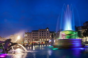English: The new LED fountains of Trafalgar Sq...
