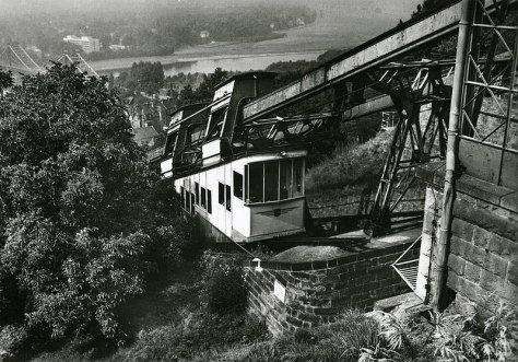 Imagem histórica de trem suspenso na Alemanha