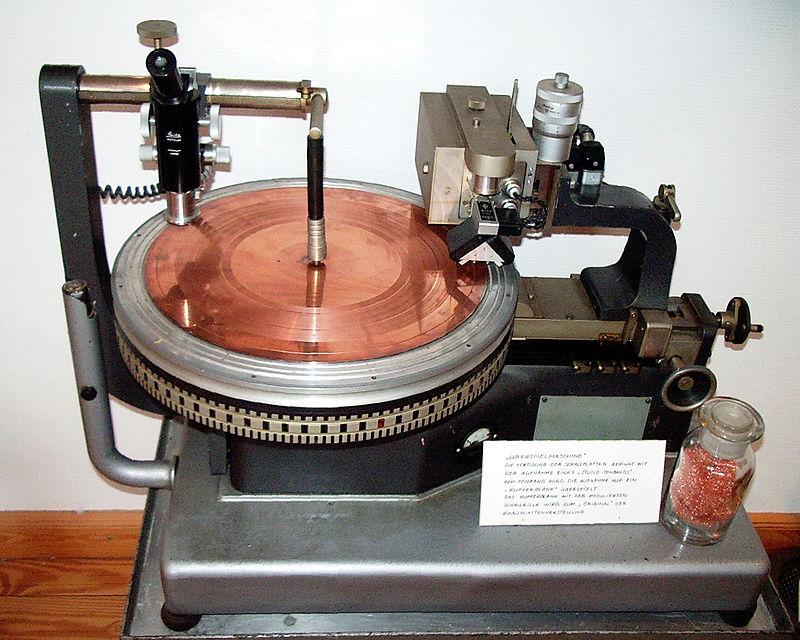 Máquina de corte de discos maestros. En la imagen aparece un disco maestro recubierto de cobre.