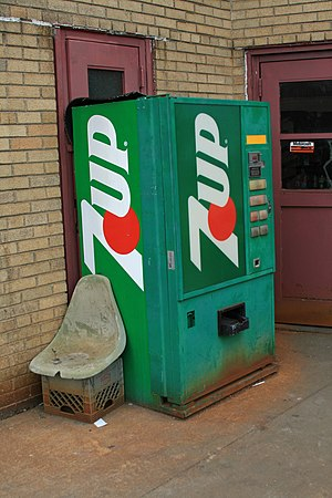 English: An old 7 Up soda machine. There's Coc...