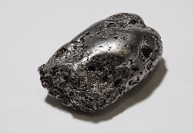 Platinum-nugget by Alchemist-hp on Wikimedia Commons. Licensed under Creative Commons.