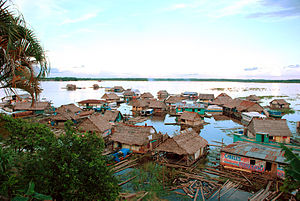 English: Amazon River floating village neighbo...