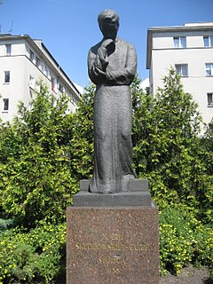 Pomnik Marii Curie-Skłodowskiej w Warszawie w parku u zbiegu ulicy Wawelskiej i ulicy Marii Skłodowskiej-Curie