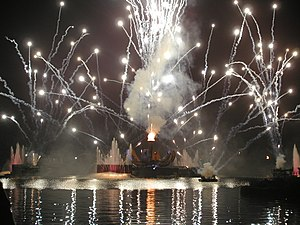 Fuegos artificiales en el lago World Showcase durante las IllumiNations