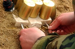 Preparando o explosivo C-4 militar para detonação