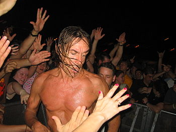 English: Iggy Pop performing with The Stooges ...