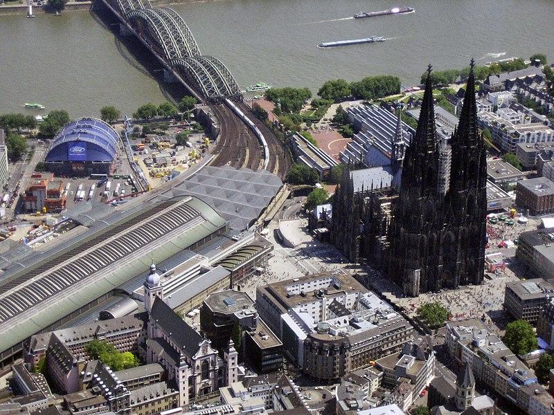 wiodok z lotu ptaka na katedrę w Kolonii