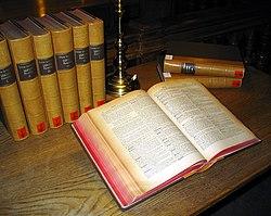 Un diccionario latino multi-volumen de la Biblioteca de la Universidad de Graz.